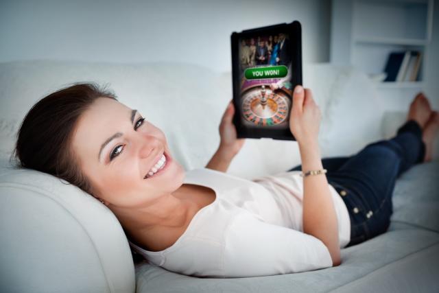 オンラインカジノサイトを「自宅で」楽しむ女性